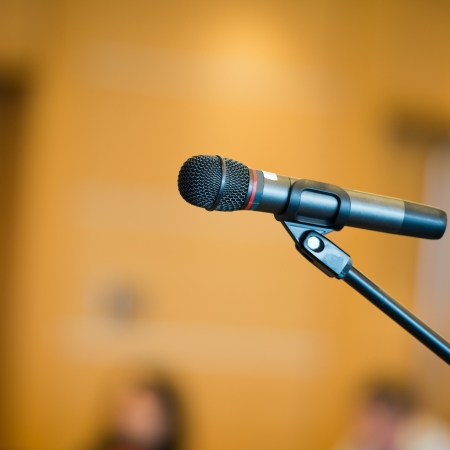 hablar en publico: Mesa del orador en la sala de conferencias.