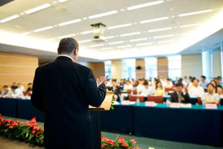 hablante: El hombre de negocios est� dando un discurso en frente de una gran audiencia en una sala de conferencias.