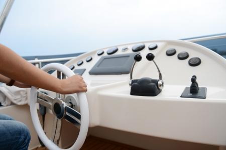 helm boat: La gente en el timón de un yate de lujo.