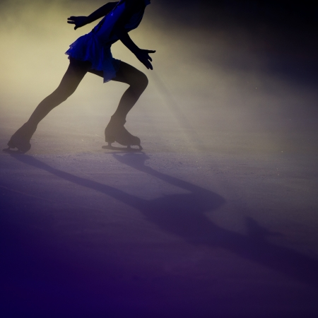 patinaje sobre hielo: La gente de patinaje sobre hielo cifra con efecto de luz hermosa.