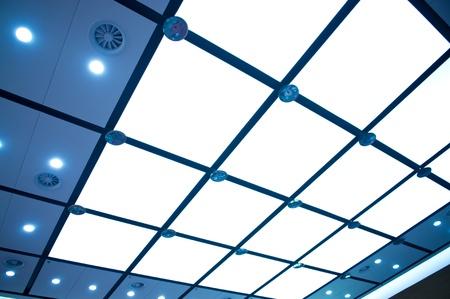 オフィス センターの近代的な天井。