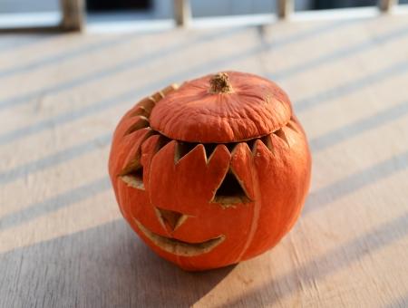 wilting: Calabaza de Halloween en la placa que est� marchitando. Foto de archivo