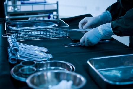 medical instruments: dụng cụ y tế có bác sĩ phẫu thuật tay trong phòng mổ Kho ảnh