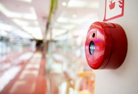 경보: 쇼핑 센터의 벽에 화재 경보.