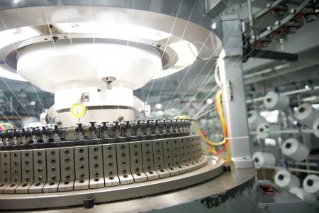 Industria textil - carretes de hilo en la máquina de hilar en una fábrica textil Foto de archivo - 20029358