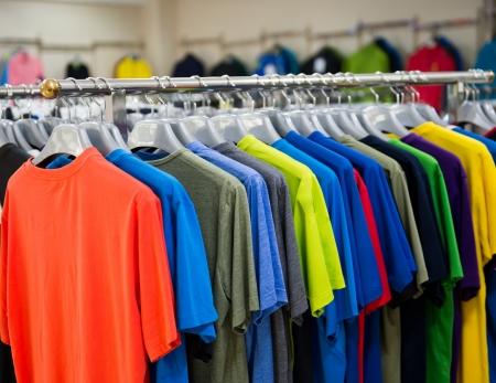 tela algodon: moda ropa en perchas en el show Editorial