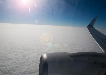 plan éloigné: Vue de nuages ??d'un hublot d'un avion. Banque d'images