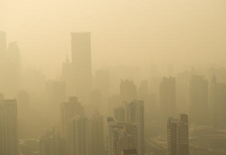 contaminacion aire: Gran ciudad en la niebla, shanghai.
