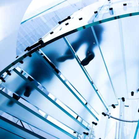 escalera: Gente de la silueta en la escalera de cristal