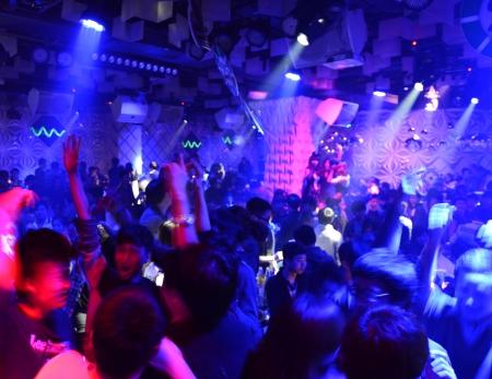 ディスコなどで踊る人々 のナイトクラブ。 写真素材