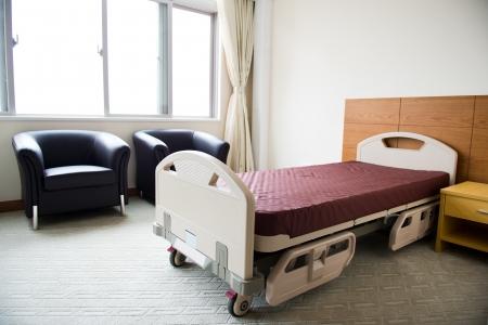 nursing treatment: Limpie cama vac�a en una sala de hospital Foto de archivo