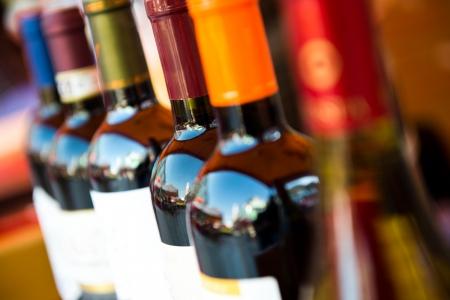 intoxicant: Bottiglie di vino girati con limitata profondit� di campo.