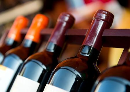Vineyard: Botellas de vino dispararon con limitada profundidad de campo. Foto de archivo