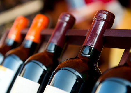 Flessen wijn geschoten met beperkte scherptediepte. Stockfoto - 22838689