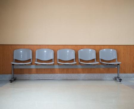 Rangée de chaises dans le couloir de l'hôpital. Banque d'images - 22991253