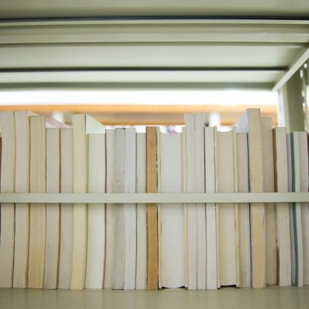 estuche: Cierre de libros en estantería. Foto de archivo