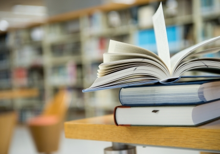 bibliotheek met stapel boeken geopend. Stockfoto