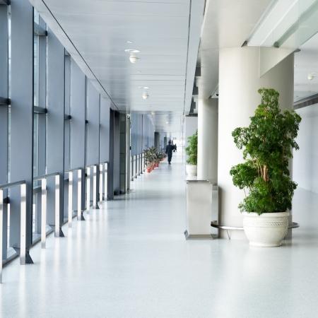 lege gang in het moderne kantoorgebouw. Stockfoto