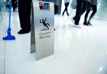 uyarı: Devam temizlik ve yanında ıslak zemin dikkat işareti. Stok Fotoğraf