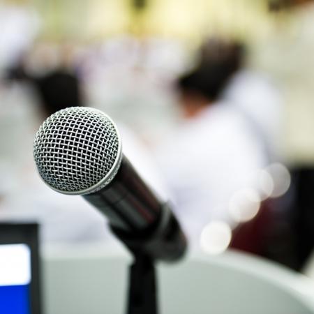 conferentie: Close-up microfoon in vergaderzaal met onscherpte persoon. Stockfoto