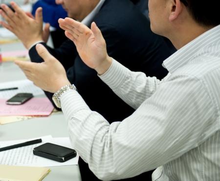 manos aplaudiendo: Manos de personas aplaudiendo en reunión. Foto de archivo