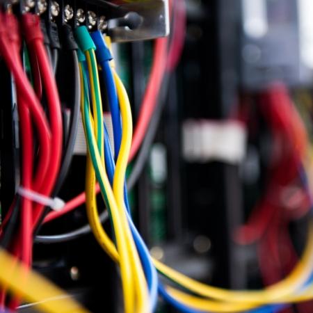 cable red: Parte frontal del servidor que muestra los interruptores de colores y el cableado.