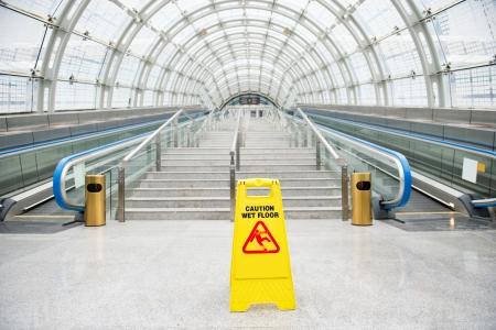 escalera: Se�al de precauci�n piso mojado en el piso pasillo del hotel.
