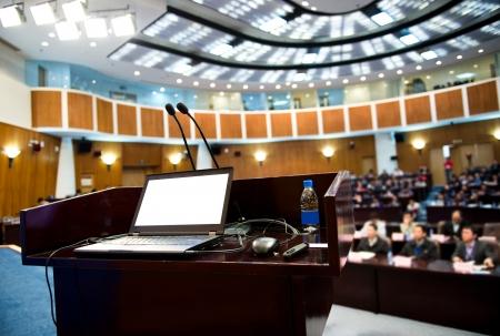 conferentie: Tafel spreker in conferentieruimte.