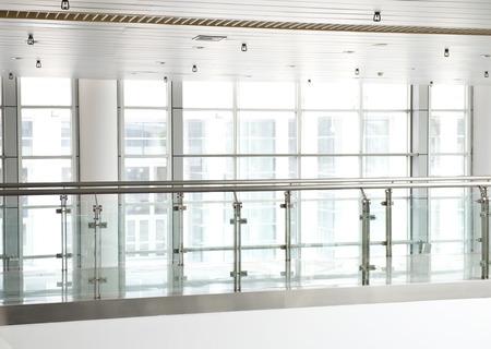 prázdný dlouhá chodba v moderní kancelářské budovy. photo