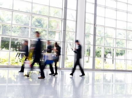 personas caminando: La gente de negocios por tierra en el vestíbulo. el desenfoque de movimiento