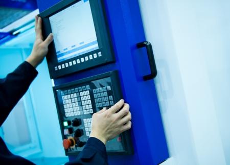 fettler: trabajador con la m�quina de CNC en el taller.