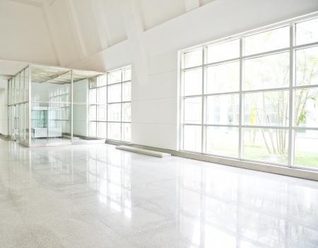 couloirs: long couloir vide dans l'immeuble de bureaux moderne.