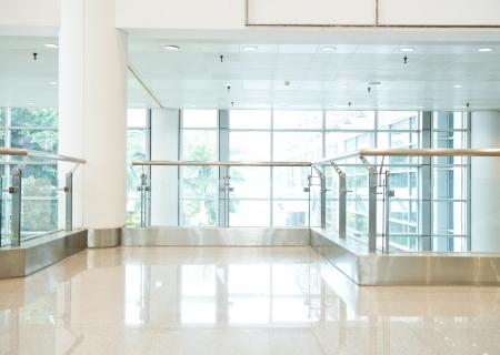 vuoto lungo corridoio della palazzina uffici moderni.