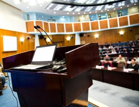Président de table dans la salle de conférence.