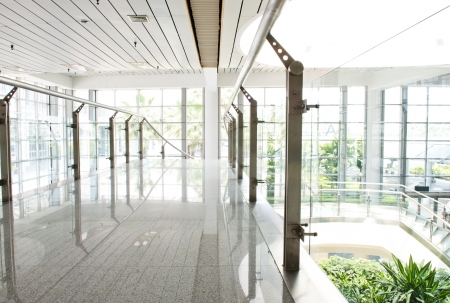 현대 사무실 건물에 비어있는 긴 복도.