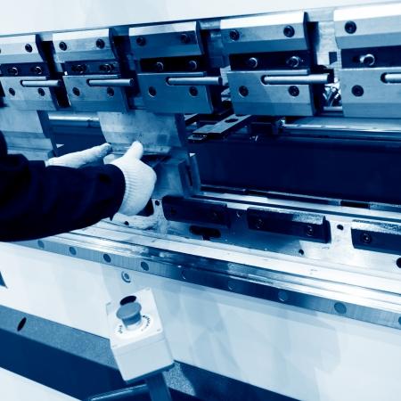 굽힘: 작업장에서 작업자 운영 금속 프레스 기계. 스톡 사진