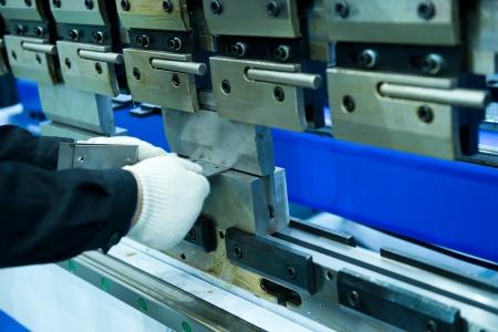 operante: Operaio pressa metallica operativo al workshop. Archivio Fotografico