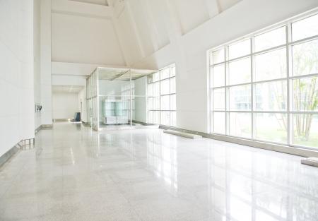 현대 오피스 빌딩에 빈 긴 복도.