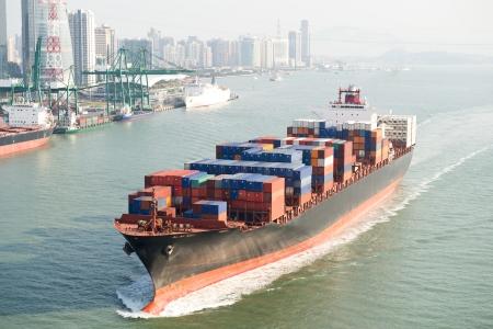 Groot containerschip aankomst in de haven. Stockfoto