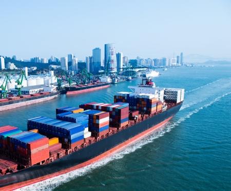 큰 컨테이너 선박이 항구에 도착.