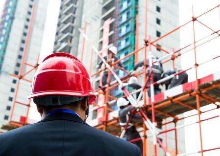 andamios: Vista posterior del constructor de inspector de control de las obras de construcción de un sitio.