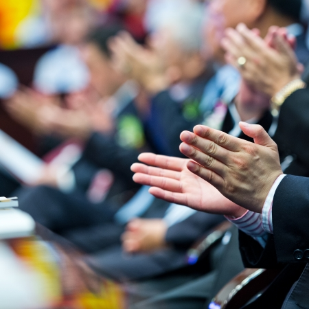 aplaudiendo: Manos de personas aplaudiendo en reunión. Foto de archivo
