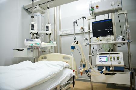 emergencia medica: Una cama de hospital esperando el pr�ximo paciente. Foto de archivo