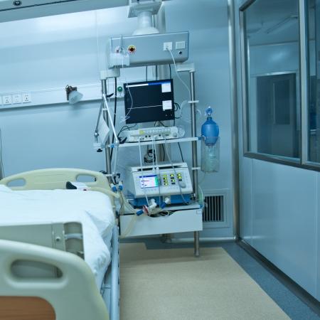 equipos medicos: Una cama de hospital esperando el próximo paciente. Foto de archivo