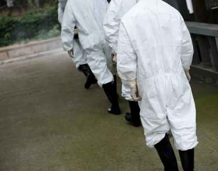 bata de laboratorio: trabajador médico que llevaba una máscara de gas y una bata de laboratorio.