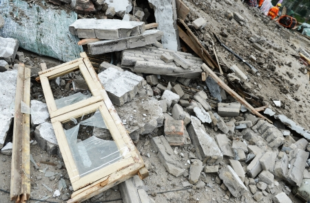 Search and rescue forces search through a destroyed building. Banco de Imagens