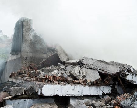 철거 또는 지진에서 건물 파괴.