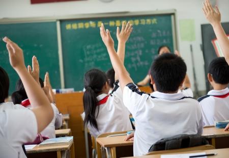 Zvedl ruce ve třídě střední školy.