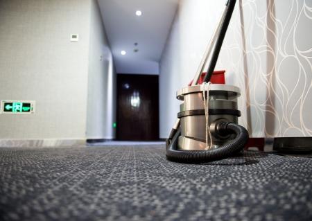 掃除機は、ホテルの廊下に立っています。