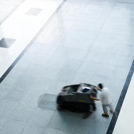 floor machine: La gente de limpieza suelo con la m�quina. desenfoque de movimiento